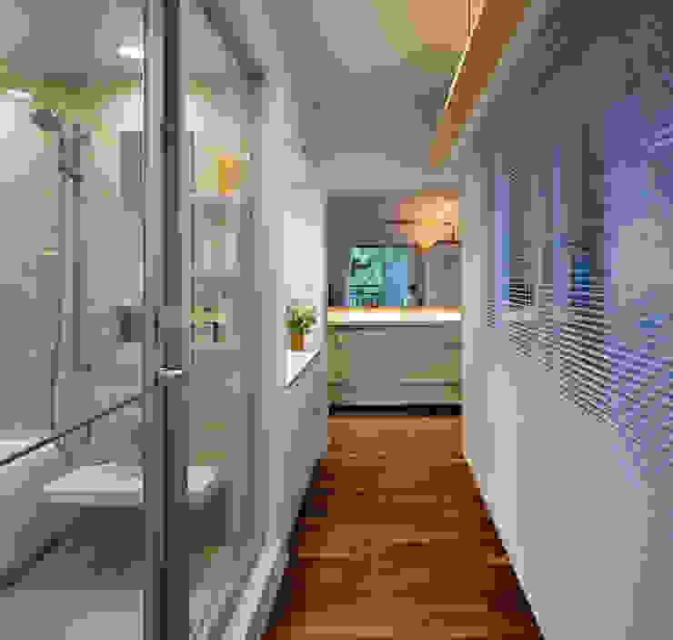 Corridor, hallway by 向山建築設計事務所, Modern