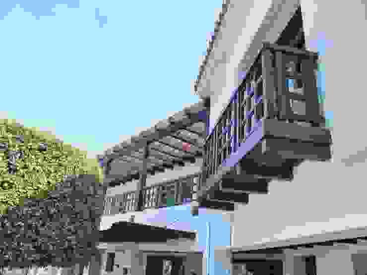 Balcón de madera maciza Balcones y terrazas rústicos de homify Rústico
