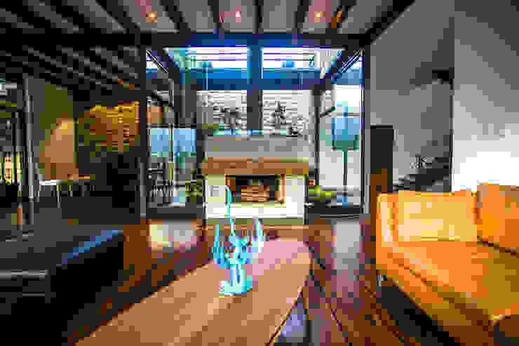 Sala, chimenea y jardín interior Livings modernos: Ideas, imágenes y decoración de ICAZBALCETA Arquitectura y Diseño Moderno