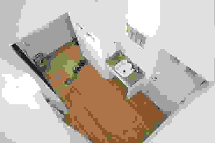 Pasillos, vestíbulos y escaleras escandinavos de ジャストの家 Escandinavo