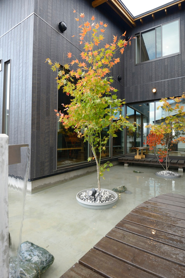 四季の家 松浦一級建築設計事務所 庭植木&花 石 ブラウン