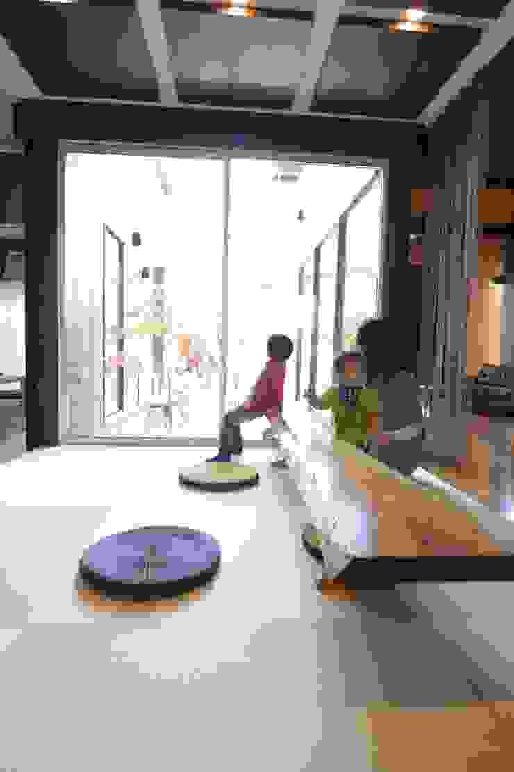 四季の家 松浦一級建築設計事務所 リビングルームサイドテーブル&トレー 木 木目調