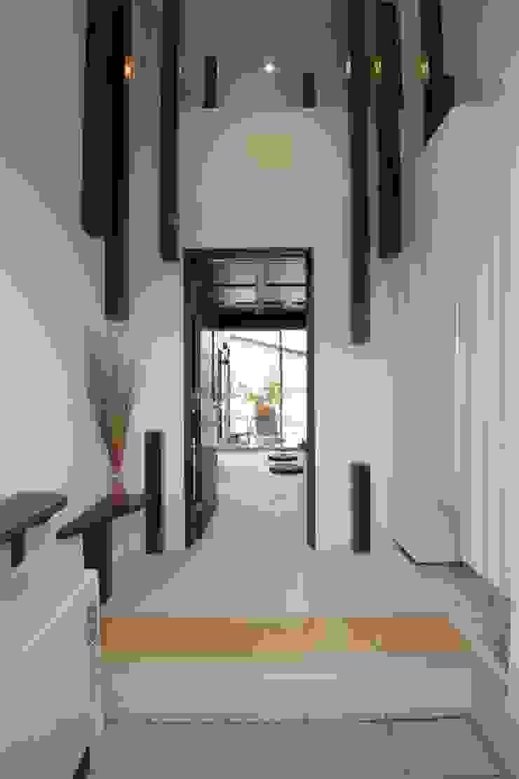 四季の家 松浦一級建築設計事務所 玄関&廊下&階段収納 木 白色