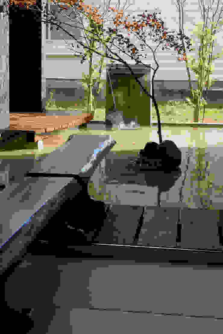 四季の家 松浦一級建築設計事務所 庭スイミングプール&池 木 ブラウン