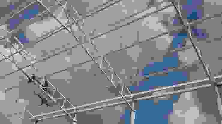 Estrutura de metal bodegas Garajes de estilo clásico de Crearquitech S.A.S Clásico