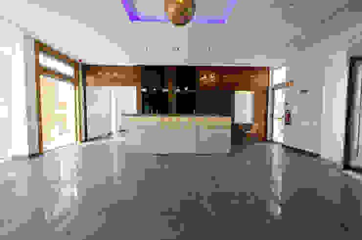 The New Club House – Espiche Golf Club por Simple Taste Interiors Clássico