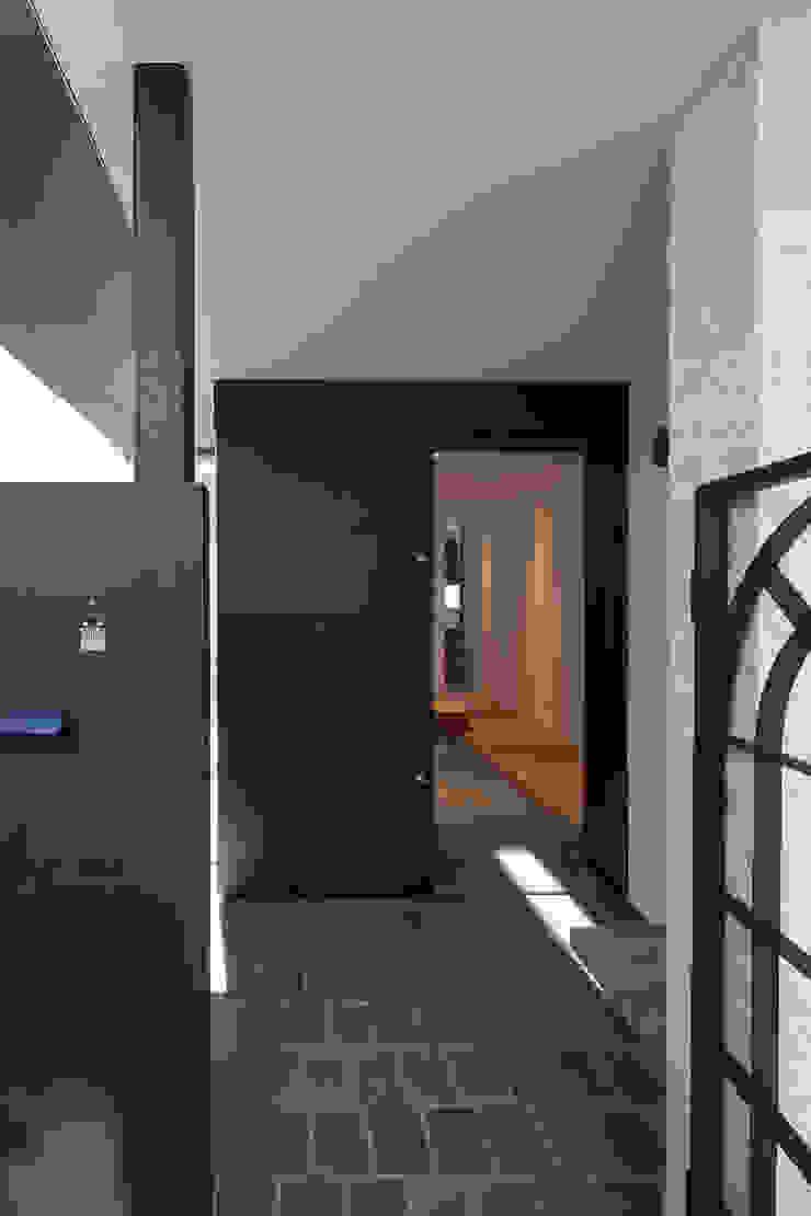 Couloir, entrée, escaliers modernes par 根來宏典建築研究所 Moderne Fer / Acier