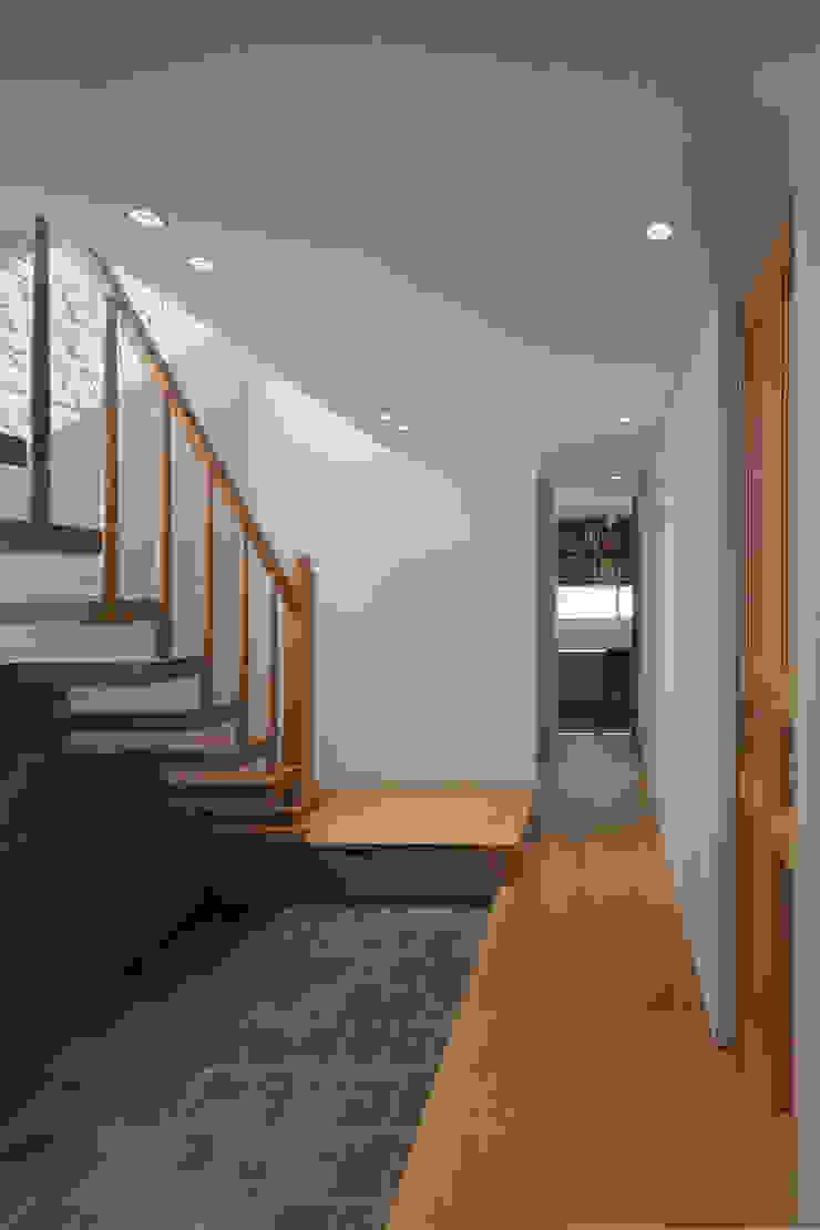 Couloir, entrée, escaliers modernes par 根來宏典建築研究所 Moderne Tuiles