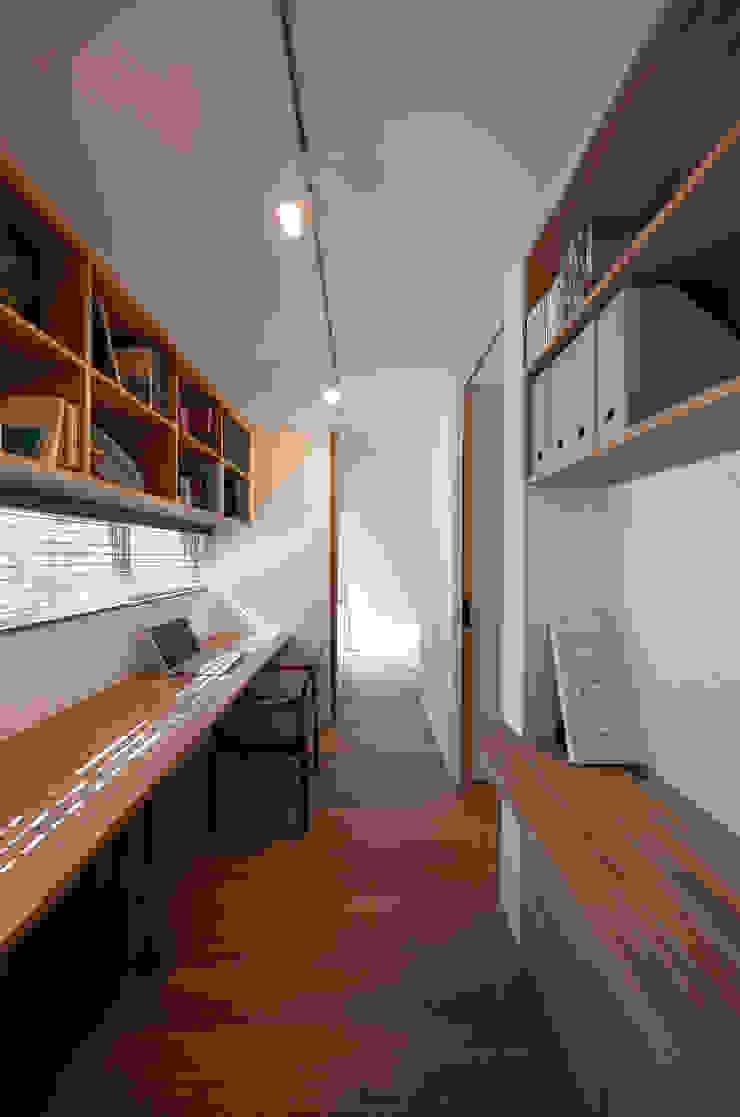 Bureau moderne par 根來宏典建築研究所 Moderne Bois Effet bois