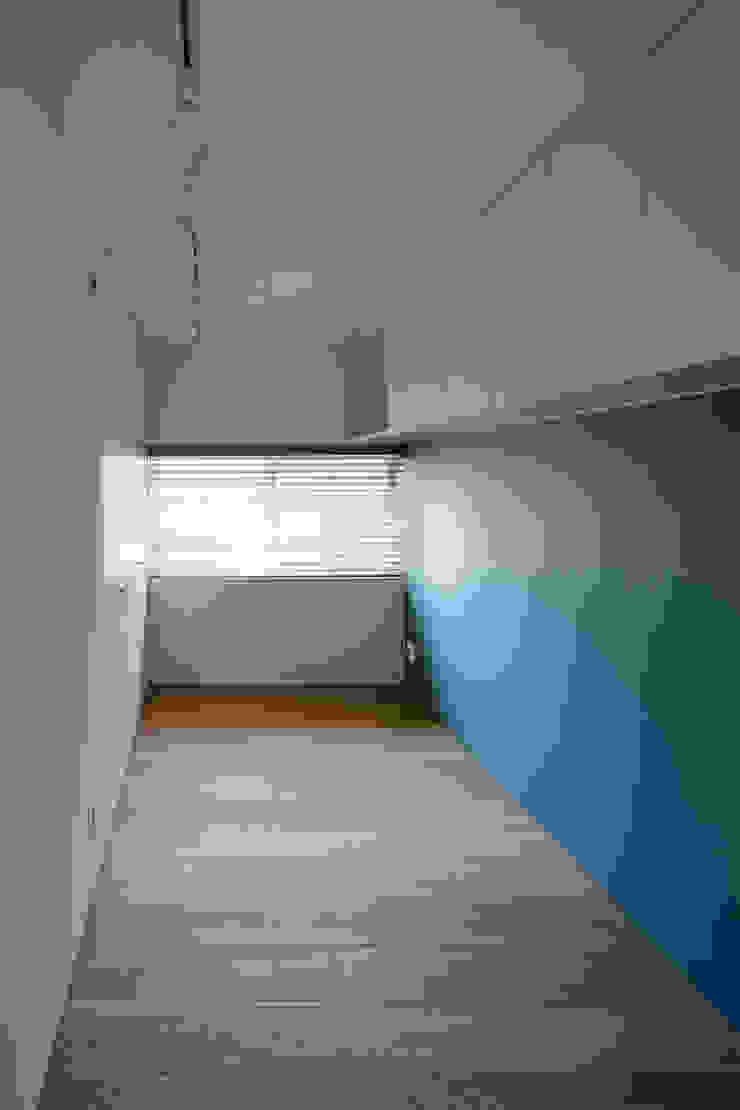 Chambre d'enfant moderne par 根來宏典建築研究所 Moderne Bois Effet bois