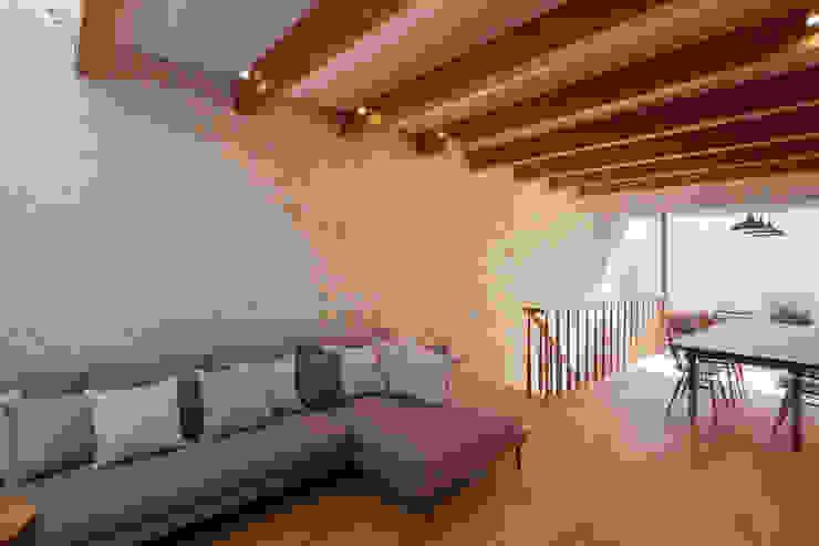Salon moderne par 根來宏典建築研究所 Moderne Tuiles