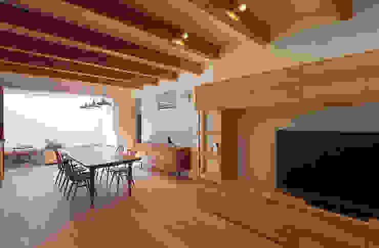 Salon moderne par 根來宏典建築研究所 Moderne Bois Effet bois