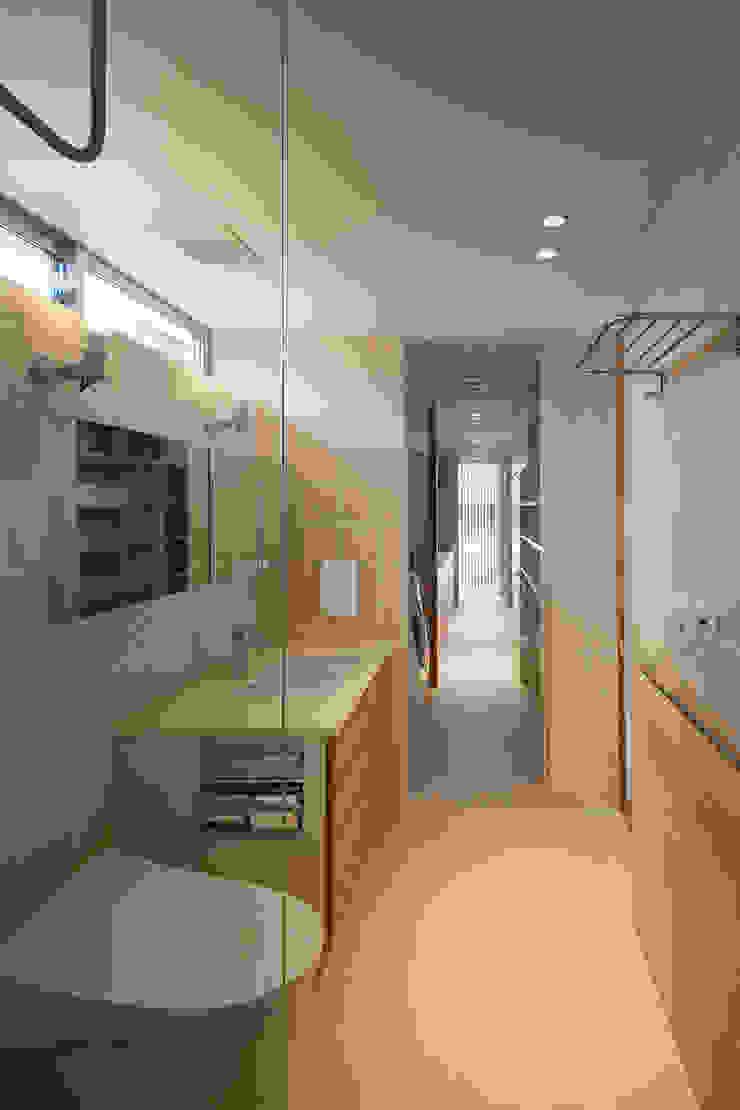 Salle de bain moderne par 根來宏典建築研究所 Moderne Tuiles