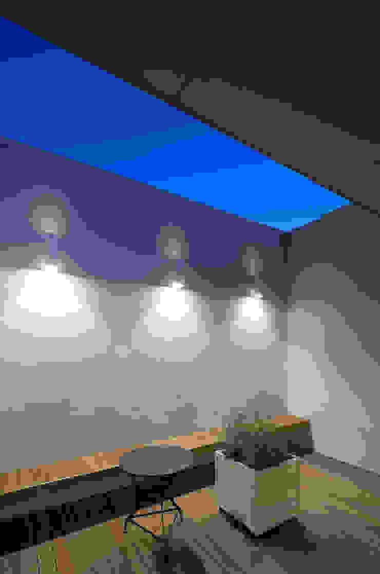 Balcon, Veranda & Terrasse modernes par 根來宏典建築研究所 Moderne Bois Effet bois