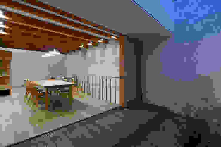 Balcon, Veranda & Terrasse modernes par 根來宏典建築研究所 Moderne Tuiles