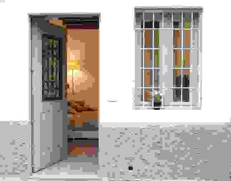 Classic style corridor, hallway and stairs by studio ferlazzo natoli Classic