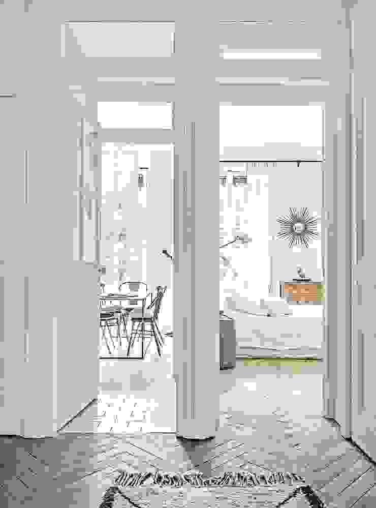 Skandinavischer Flur, Diele & Treppenhaus von Design for Love Skandinavisch