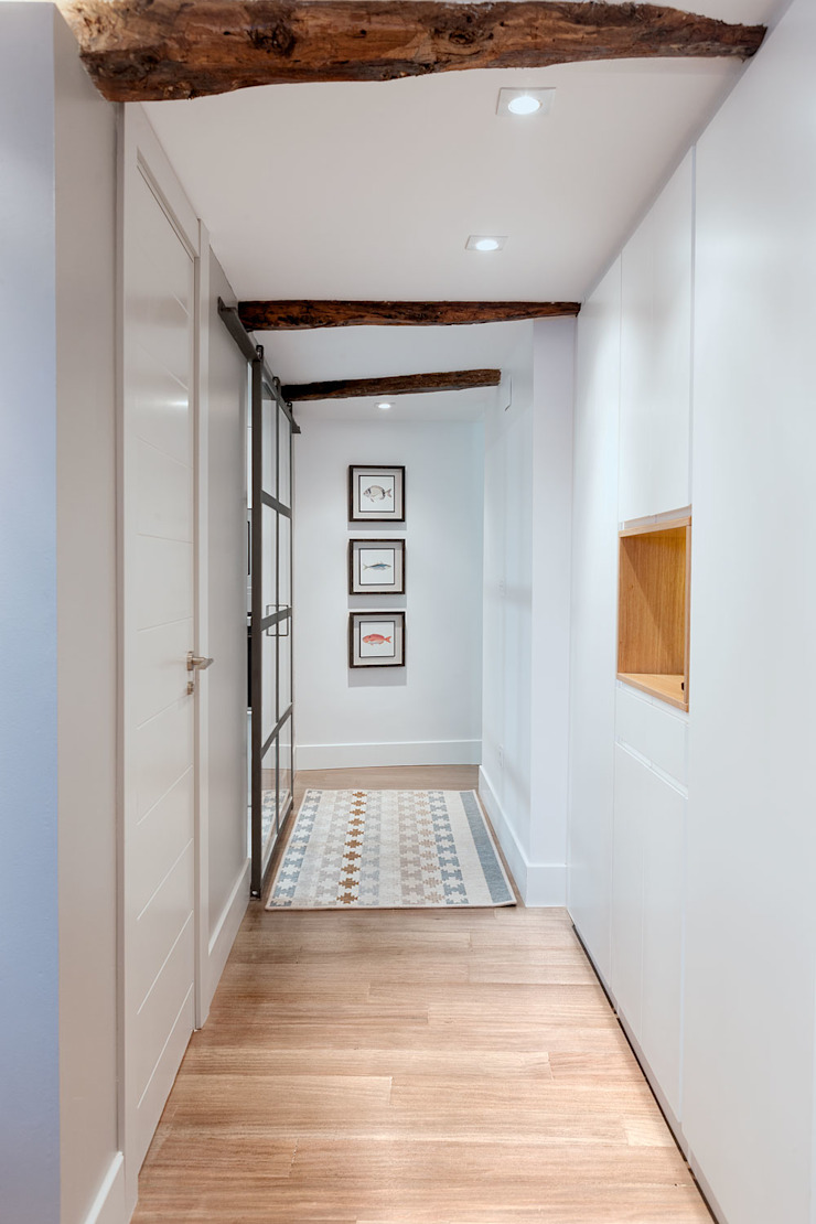 Modern Corridor, Hallway and Staircase by Estibaliz Martín Interiorismo Modern Wood Wood effect