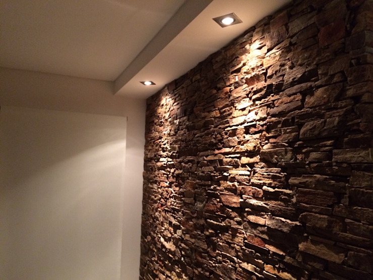 Muro de piedra Paredes y pisos modernos de MONARQ ESTUDIO Moderno Piedra
