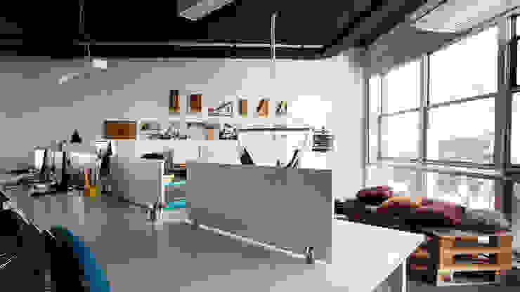 Estudios y despachos minimalistas de Coletivo de Arquitetos Minimalista