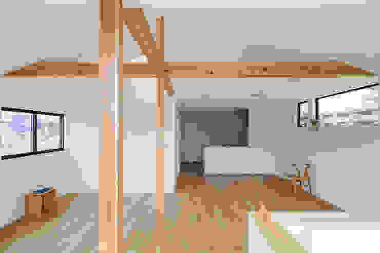 Salon moderne par 内田雄介設計室 Moderne