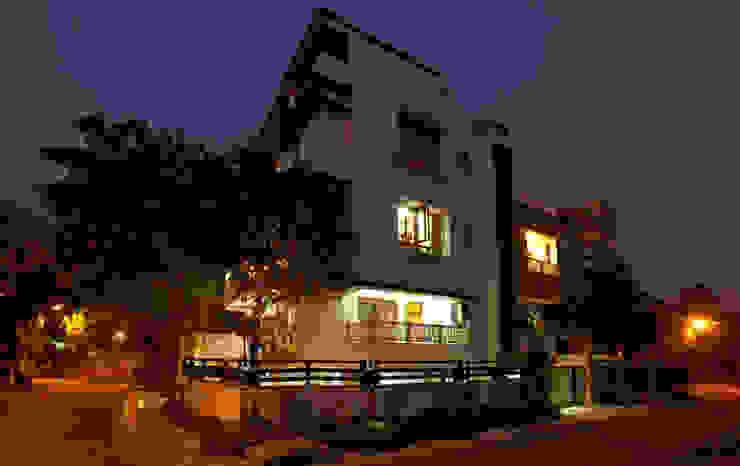Mr Sudhakar Kakde' s Resideence Asian style houses by M B M architects Asian