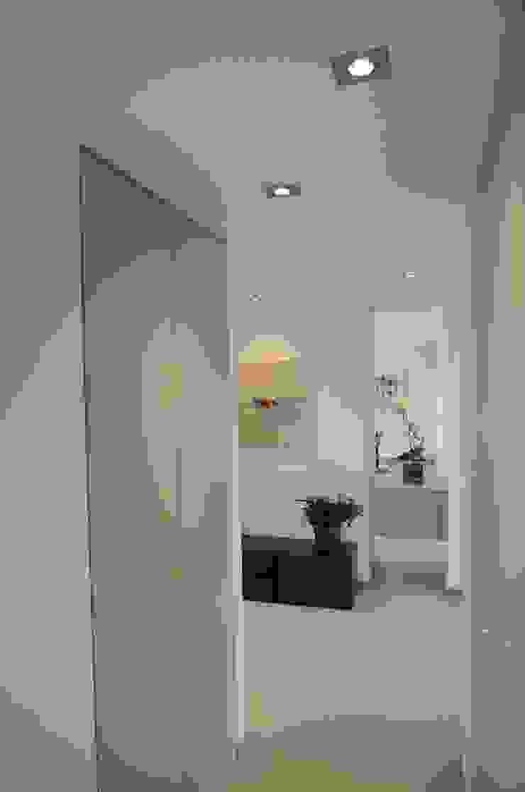 Minimalist corridor, hallway & stairs by Pierre Bernard Création Minimalist