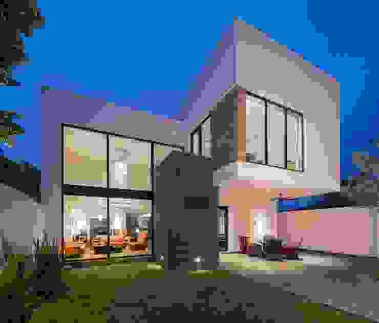 Fachada posterior URBN Casas de estilo minimalista