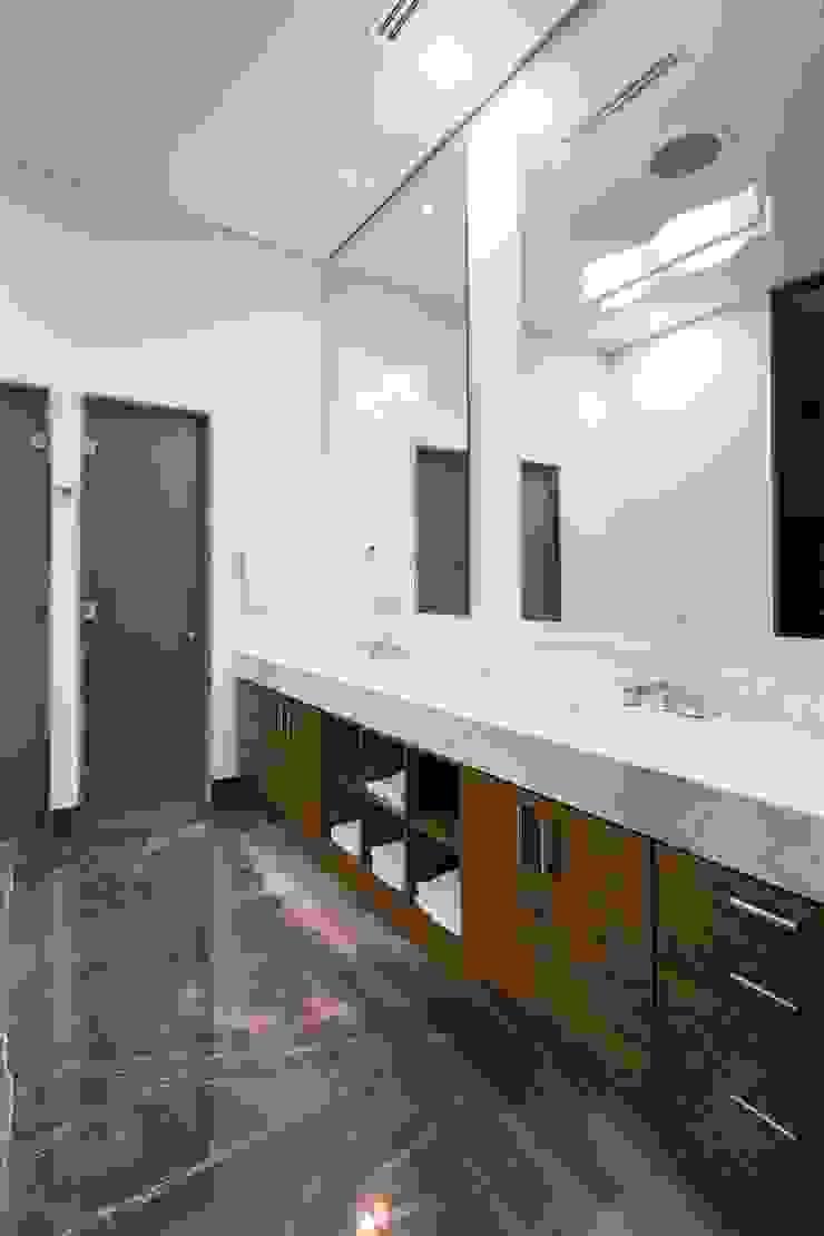 Baño de mármol y madera URBN Baños de estilo minimalista