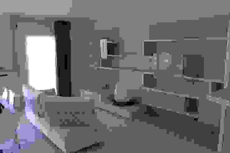 Zona living con boiserie e contenitori - finitura laccato Soggiorno moderno di SIZEDESIGN SMART KITCHENS & LIVING Moderno