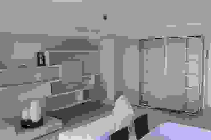 Zona living con boiserie ed armadio guardaroba angolare - finitura laccato Soggiorno moderno di SIZEDESIGN SMART KITCHENS & LIVING Moderno