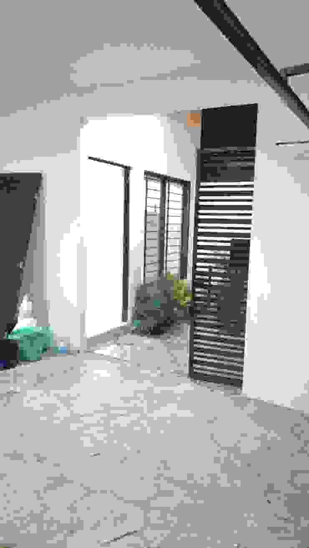 Jardín en acceso y detalle de herreria de RecreARQ Construcciones