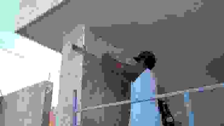 Detalle de colocación de piedra en muro de RecreARQ Construcciones