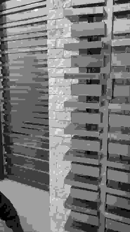 Detalle de porton y piedra en muro de RecreARQ Construcciones