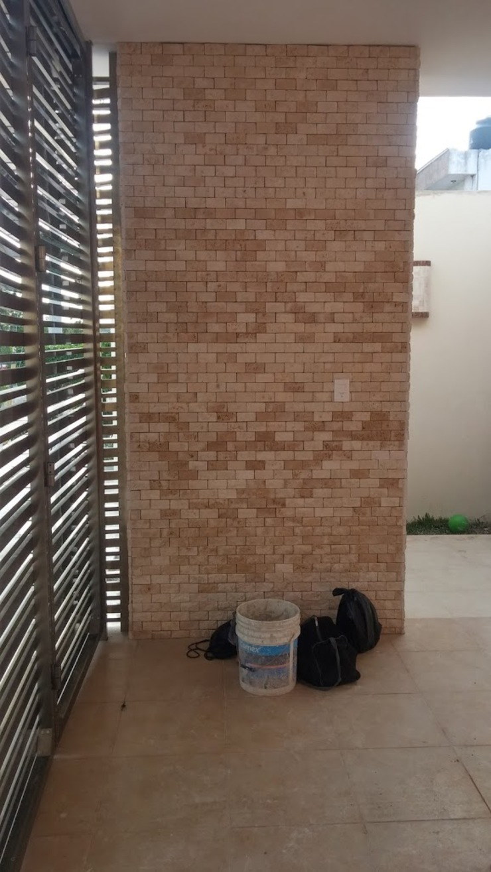 Detalle muro de piedra en interior de RecreARQ Construcciones