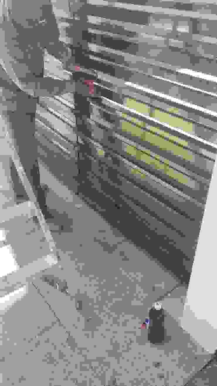 Detalle porton de aluminio de RecreARQ Construcciones