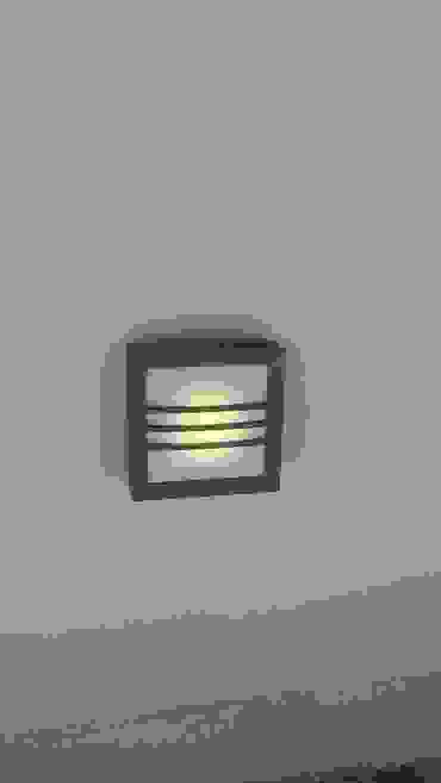 Detalles iluminación indirecta en muros bajos de RecreARQ Construcciones