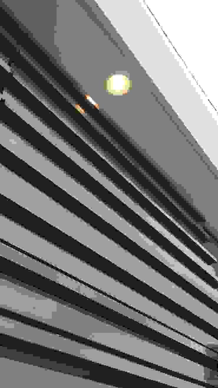 Detalles iluminación fuera de porton y garage de RecreARQ Construcciones