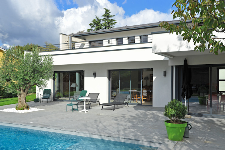 Façade coté terrasse Balcon, Veranda & Terrasse modernes par Pierre Bernard Création Moderne
