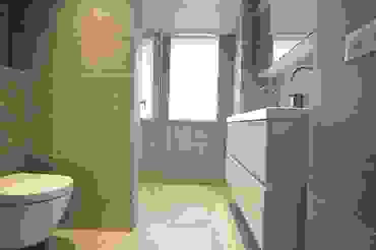 モダンスタイルの お風呂 の AGZ badkamers en sanitair モダン タイル