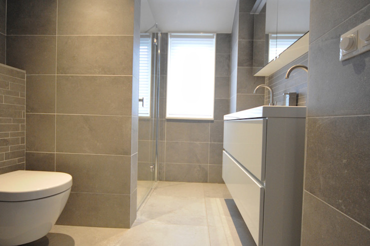 Salle de bain moderne par AGZ badkamers en sanitair Moderne Tuiles