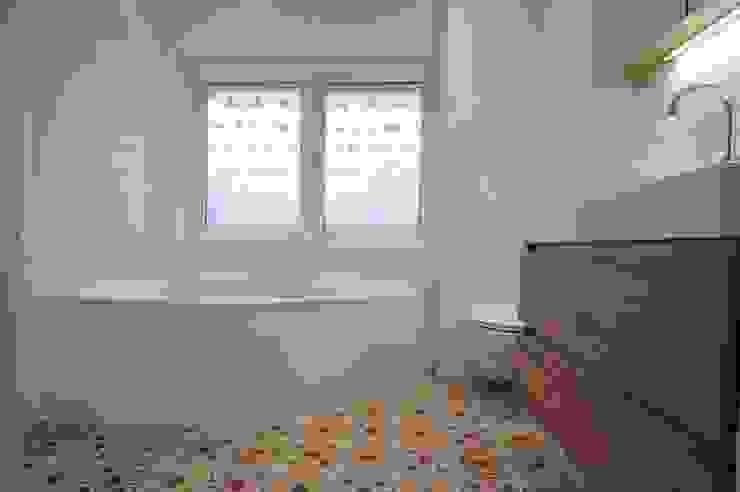 ミニマルスタイルの お風呂・バスルーム の AGZ badkamers en sanitair ミニマル 木 木目調