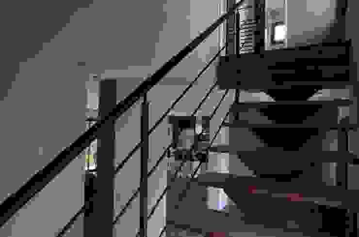 Escaliers de design moderne Couloir, entrée, escaliers modernes par Pierre Bernard Création Moderne