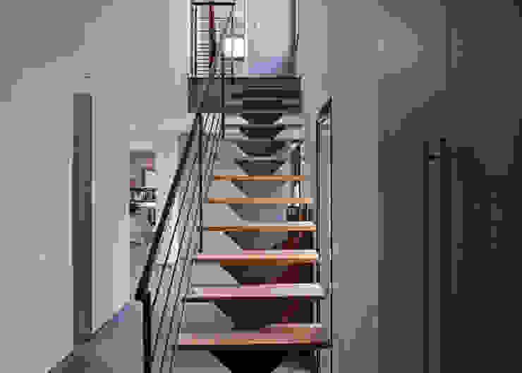 Moderne gangen, hallen & trappenhuizen van Pierre Bernard Création Modern