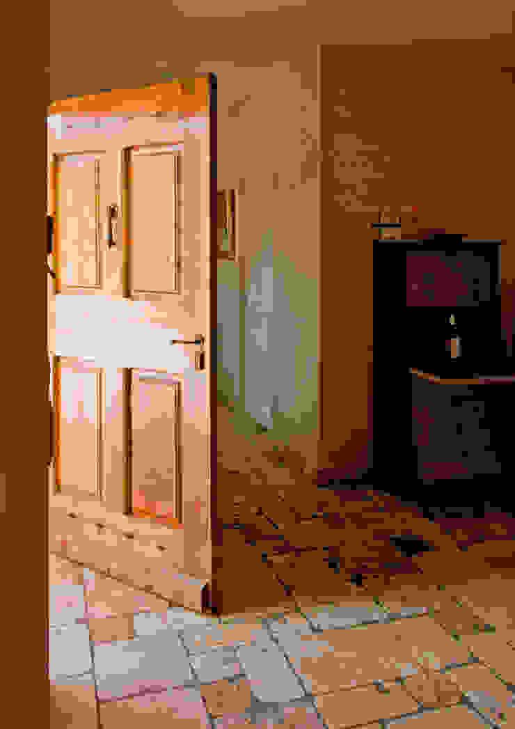 Entrée Couloir, entrée, escaliers rustiques par Pierre Bernard Création Rustique