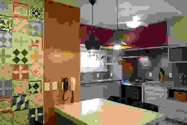 現代廚房設計點子、靈感&圖片 根據 Stúdio Márcio Verza 現代風