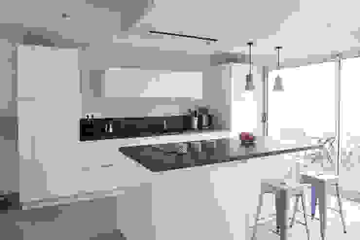 homify Scandinavian style kitchen Plywood White