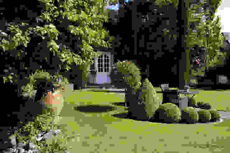Ein Sitzplatz in der Rasenfläche kann auch Geborgenheit vermitteln dirlenbach - garten mit stil Garten im Landhausstil