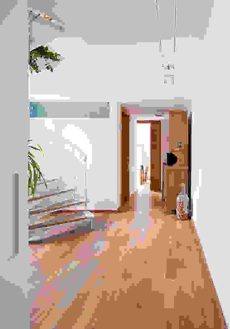 Pasillos, vestíbulos y escaleras de estilo minimalista de Zoom Urbanismo Arquitetura e Design Minimalista