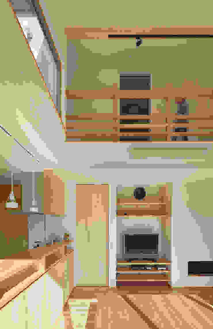 Moderne Wohnzimmer von 田村の小さな設計事務所 Modern Holz Holznachbildung